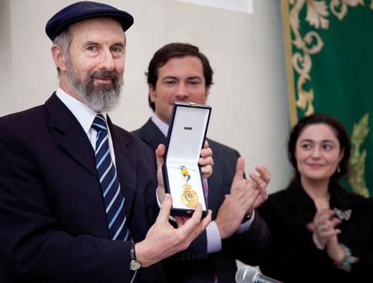 El director del centro, Jaime Coriat Benmergui, recibiendo la medalla