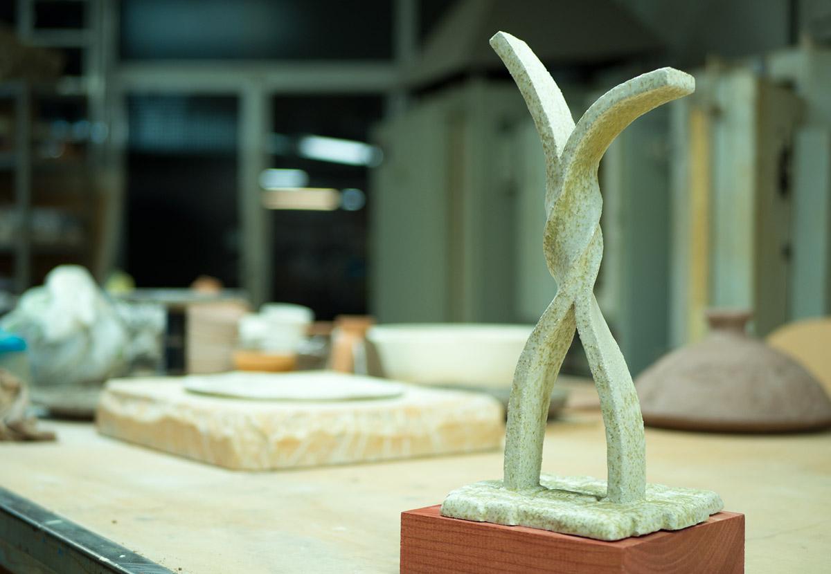 El trofeo del Aula de Flamenco en el Taller de Cerámica de la Escuela de Artes